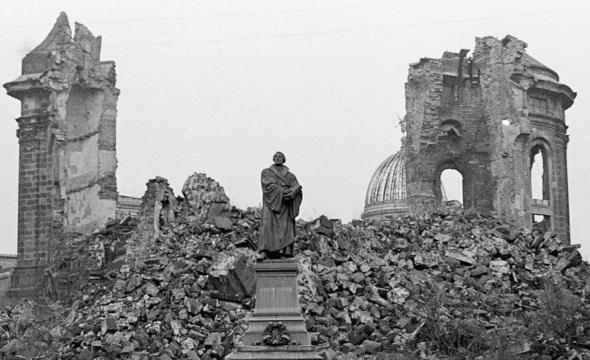 Die Frauenkirche in Dresden nach der Bombardierung.